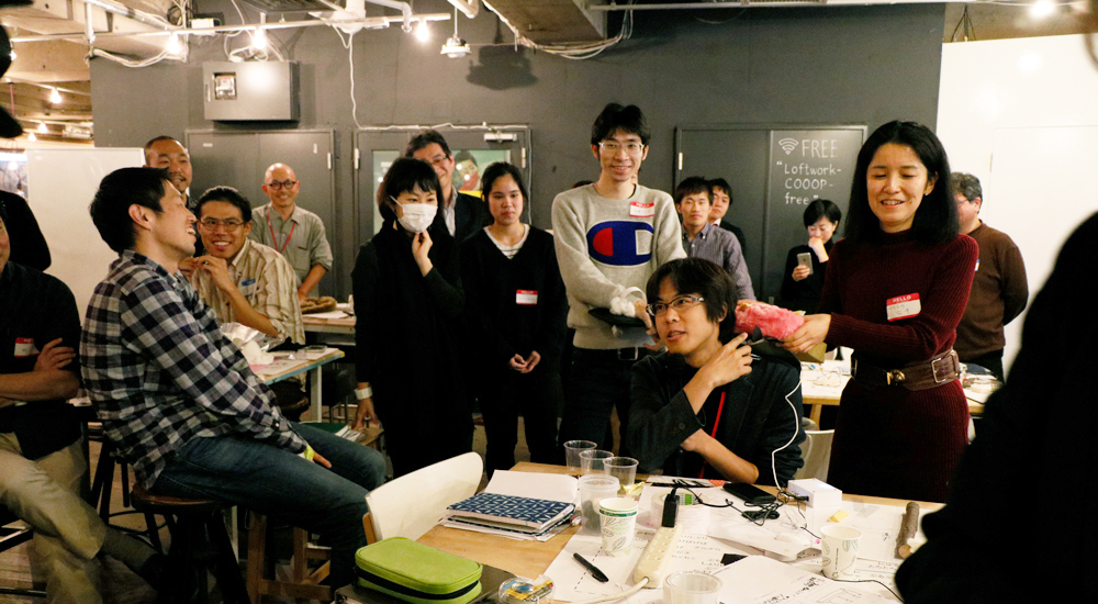 HAPTIC DESIGN CAMP2で来場者のアイデアのプロトタイプを体験する南澤氏の写真