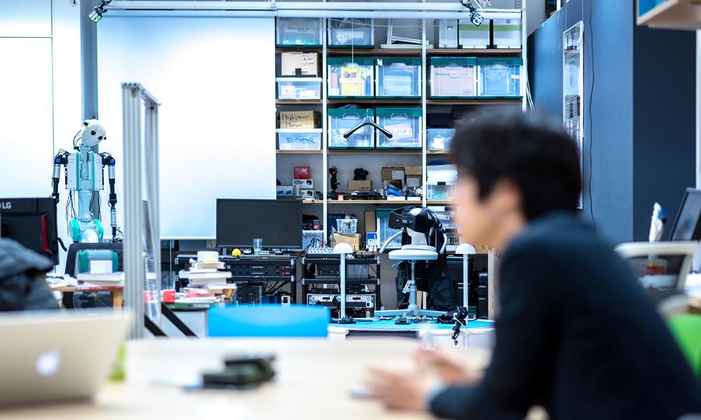研究室を構える日本科学未来館には多くの研究成果が並ぶ写真