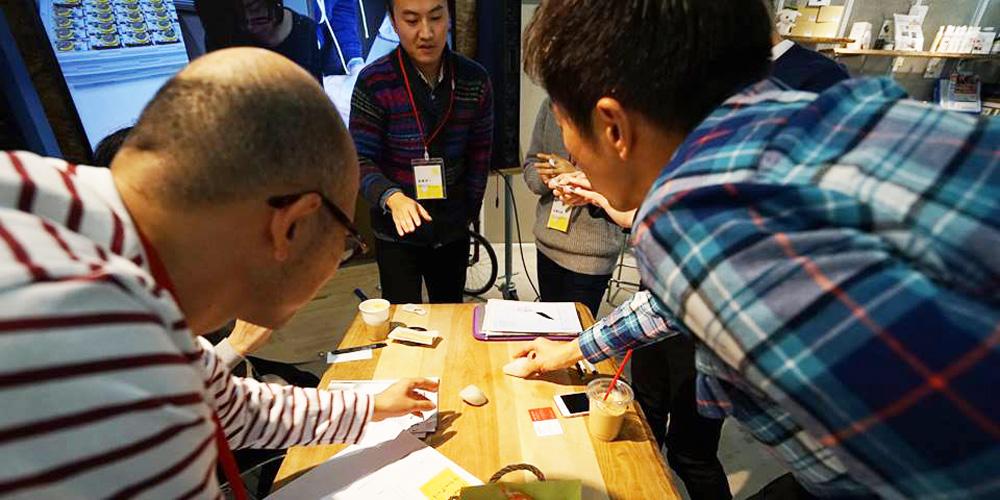 テーブルを取り囲む参加者達の写真